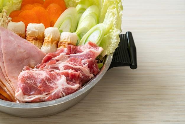 すき焼きまたはしゃぶしゃぶの黒スープと生と野菜の肉-日本食スタイル