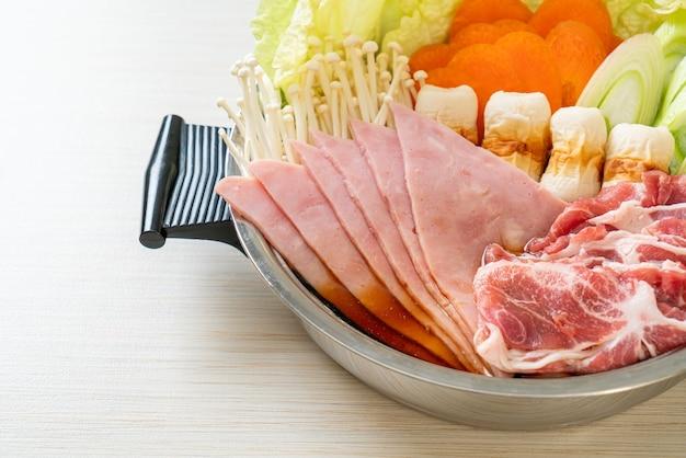 고기와 야채를 곁들인 스키야키 또는 샤브샤브 냄비 검은 수프 - 일본 음식 스타일