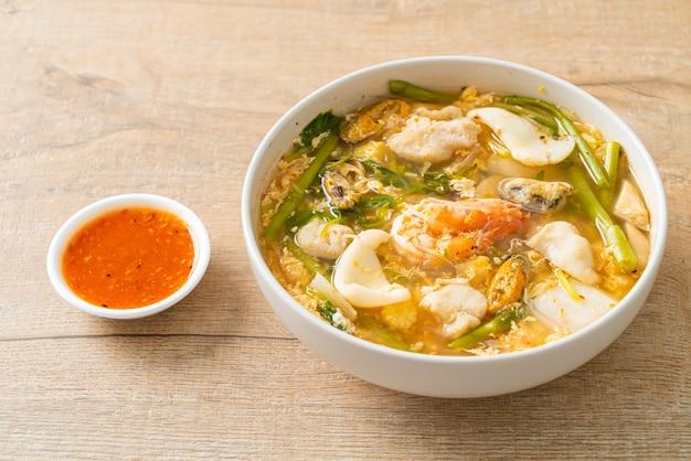 すき焼きスープとシーフードボウル-アジア料理スタイル