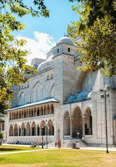 푸른 하늘과 노란 잎의 배경에 대해 suleymaniye 모스크