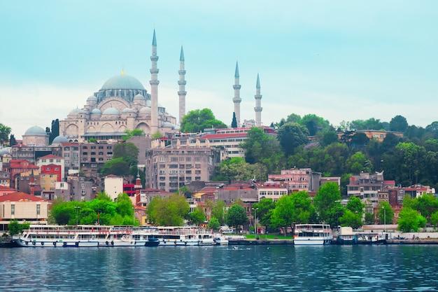 イスタンブールのビーチ海辺のスレイマニエモスク