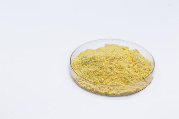 Порошок серы в чашке петри, химическое вещество промышленного назначения