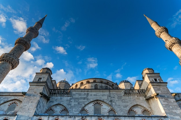 Мечеть султана ахмеда или султана ахмета камии, также известная как голубая мечеть с голубым небом Premium Фотографии