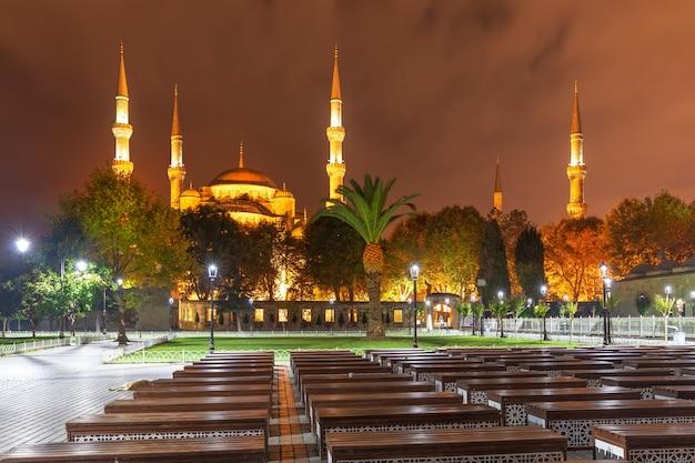 トルコ、イスタンブールのスルタンアフメットまたはブルーモスク、夜景。