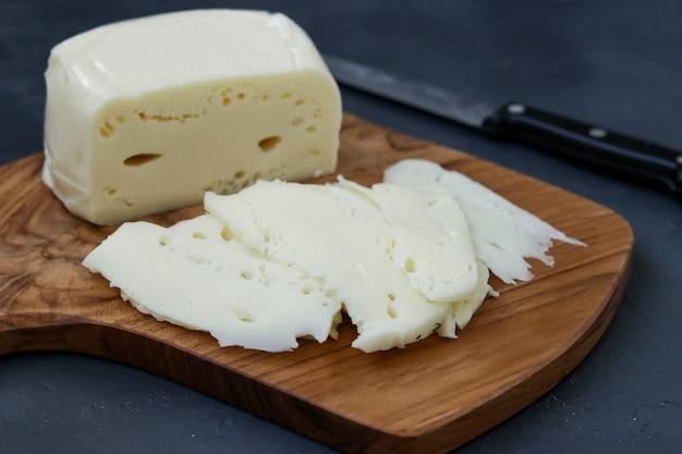 木の板でスライスしたスルグニグルジアチーズ