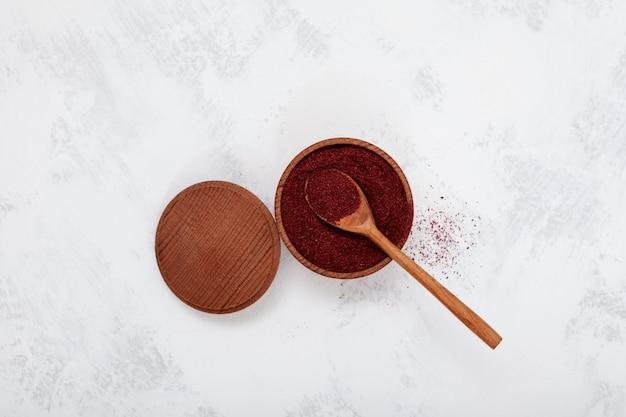 Sumac은 중동 요리의 향신료로 사용되는 톡 쏘는 진홍색 향신료입니다.