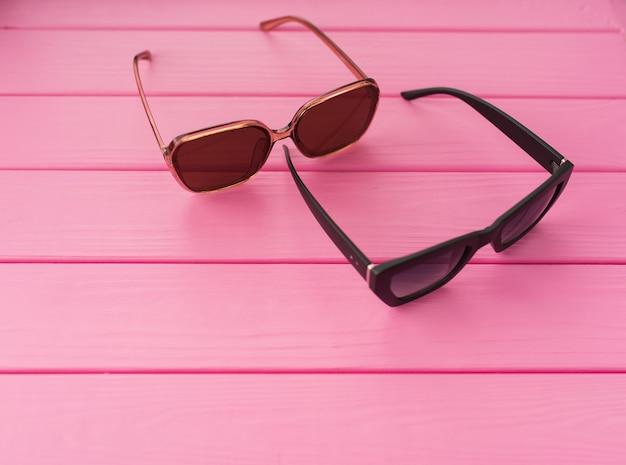 夏の抽象的な背景カップルスタイリッシュな黒のサングラスファッショナブル