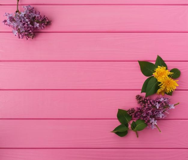 コーナーの花のボーダーフレームライラックブルームの夏の抽象的な背景