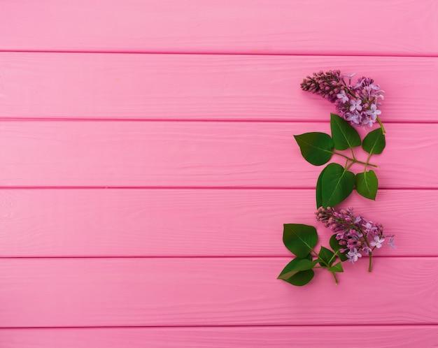 右側の花の夏の抽象的な背景はフレームライラックの花に隣接します