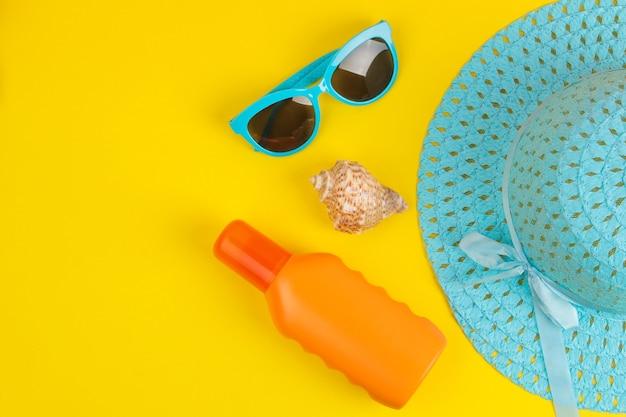 夏のアクセサリー。ビーチアクセサリー。日焼け止め、帽子、メガネ