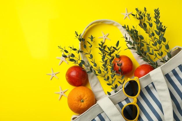 노란색 격리 된 배경, 텍스트를위한 공간에 여름 액세서리