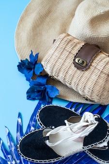 여름 액세서리, 신발 및 파란색 배경에 가방 모자.