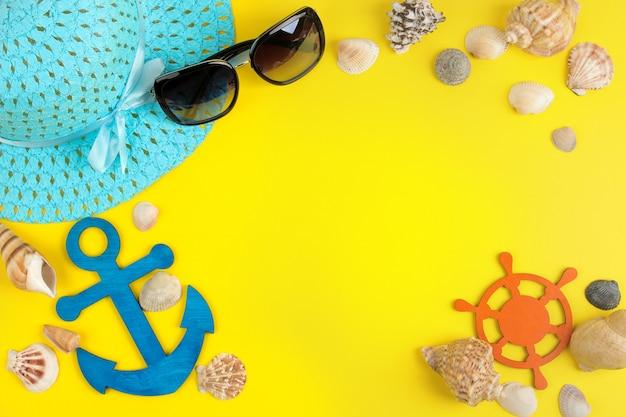 밝은 노란색 배경에 태양 안경, 모자와 조개와 여름 액세서리. 평면도.