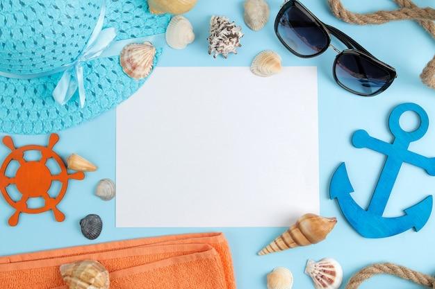 태양 안경, 모자, 조개와 함께 여름 액세서리. 평면도.