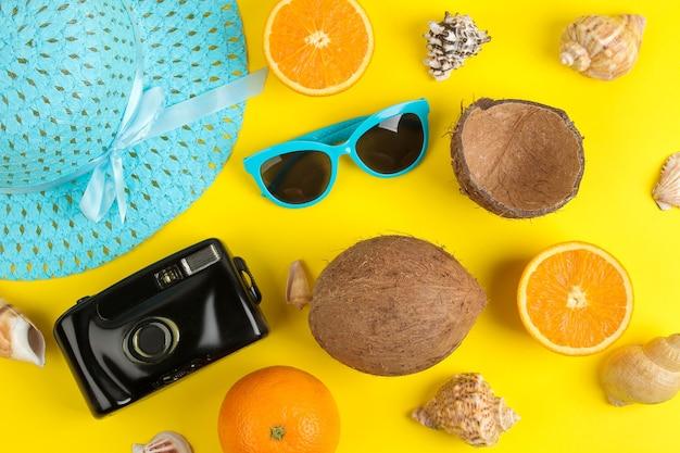 태양 안경, 모자, 조개, 카메라 및 코코넛과 함께 여름 액세서리