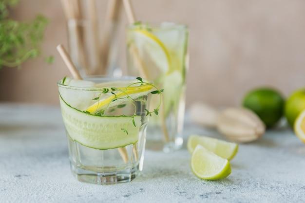 夏のアルコール飲料。ジン、ウォッカまたはテキーラ、キュウリ、ライム、角氷、タイムを使った自家製のさわやかなカクテル