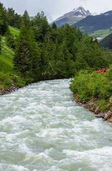 알파인 강 (silvretta 알프스, 오스트리아) 여름 알프스 산 풍경.