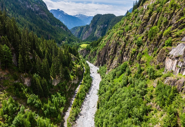 スイスの深い峡谷と急流のある夏のアルプスの山の風景