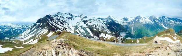夏のアルプスの山のパノラマ(グロースグロックナーハイアルパインロードからの眺め)。 3ショットステッチ画像。