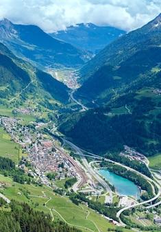 Вид на горы летние альпы с перевала пассо-дель-сан-готтардо (швейцария)
