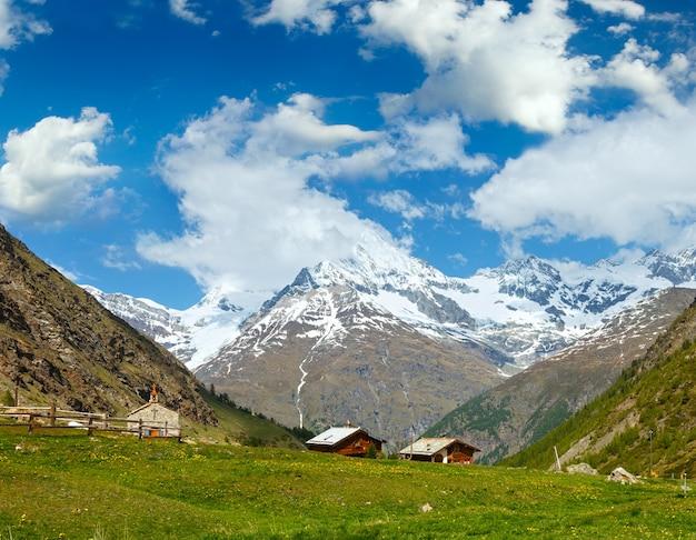 高原からの夏のアルプスの山の景色(スイス、ツェルマット近く)