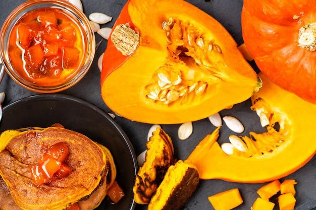 夏と秋の料理。カボチャとカボチャの料理。ジャムとカボチャのパンケーキ。