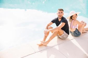 Концепция лета и бассейна с парой