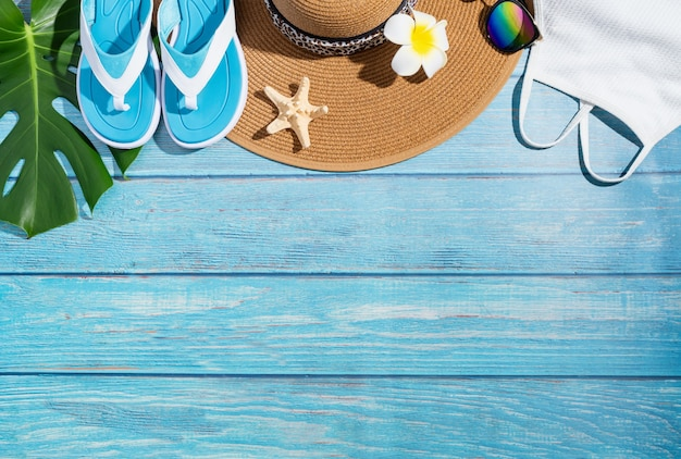 여름 및 휴가 개념. 옷, 신발, 열대 잎과 꽃이있는 여름 액세서리, 평평한 누워