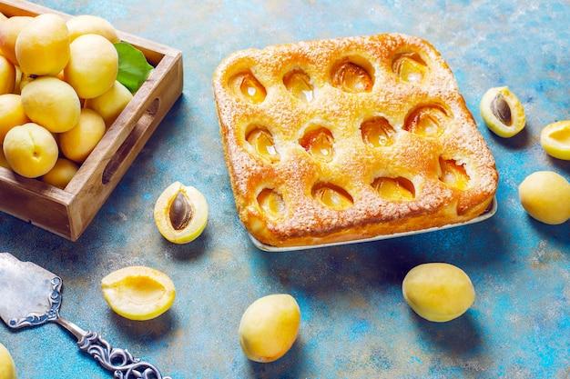 夏のアプリコットパイ自家製美味しいフルーツデザート。アプリコットタルト。フルーツパイ。