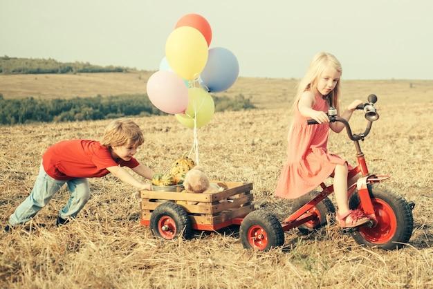 시골에서 여름. 어린 시절 개념. 에코 팜. 자연과 어린이 라이프 스타일. 행복한 아이