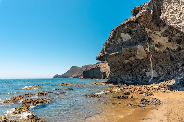 카보 데 가타 자연 공원에있는 몬술 해변의 여름, 알 메리아 산호세시에서 용암이 침식되어 생성됨