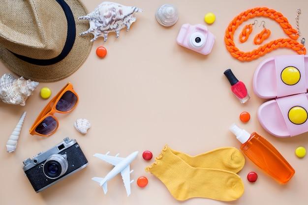 夏の背景モデル飛行機カメラ日よけ帽貝殻ビーチスリッパマニキュア