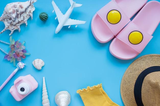 夏の背景モデル飛行機カメラ日よけ帽貝殻ビーチスリッパ