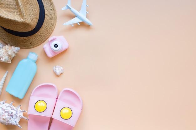 夏の背景モデル飛行機ピンクカメラ日よけ帽貝殻ビーチスリッパ