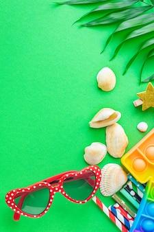 夏の背景気分熱帯の葉サングラス貝殻アクセサリー旅行休暇