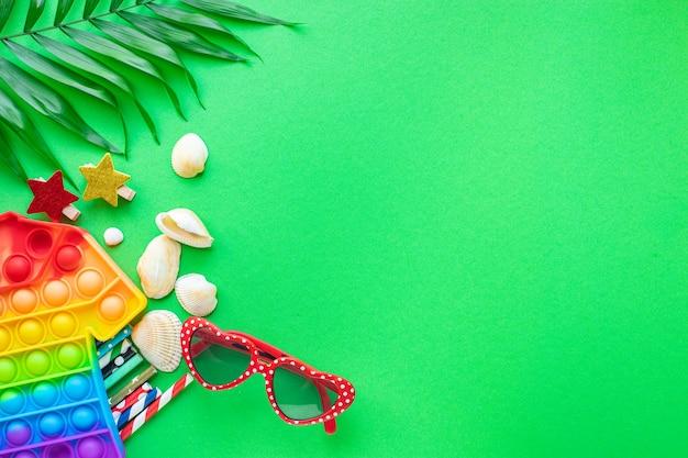 夏の背景ムード、熱帯の葉、サングラス、貝殻、楽しいアクセサリー