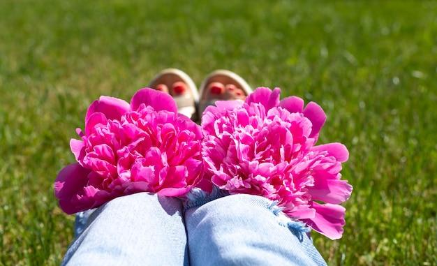 여름 배경 청바지 주머니에 분홍색 모란