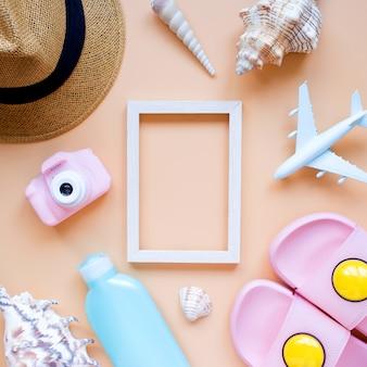 夏の背景日よけ帽カメラスリッパとフレーム旅行夏休み Premium写真