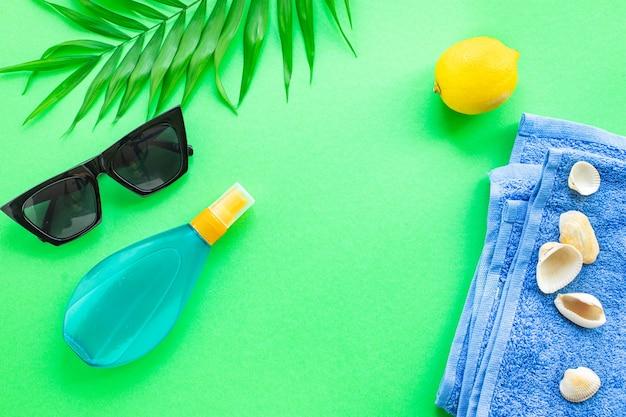 여름 배경 여행 액세서리 바다 바다 선 스크린 병 로션 태양 안경 조개 레몬