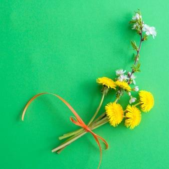 녹색에 노란 민들레 꽃의 꽃다발과 함께 여름 배경