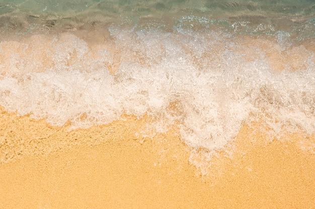 모래 해변에 푸른 바다의 부드러운 파도와 여름 배경. 몰디브의 청록색 물