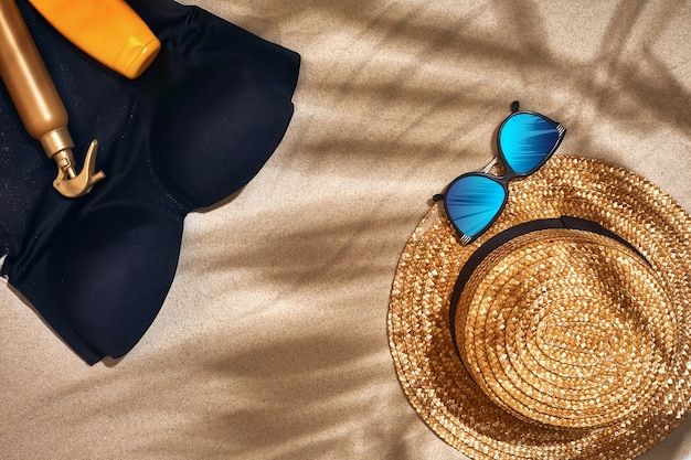 麦わら帽子サングラス日焼け止めボトルとビーチサンダルと夏の背景