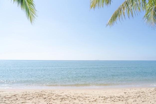 夏のビーチの背景。砂、海、空。コピースペースと空の海とビーチの背景。