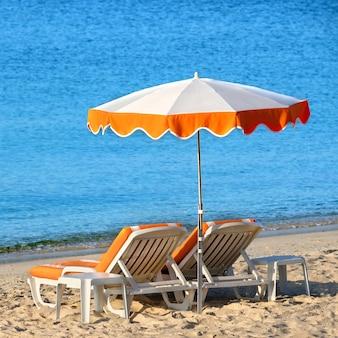 夏のビーチチェアサンパラソルスクエア