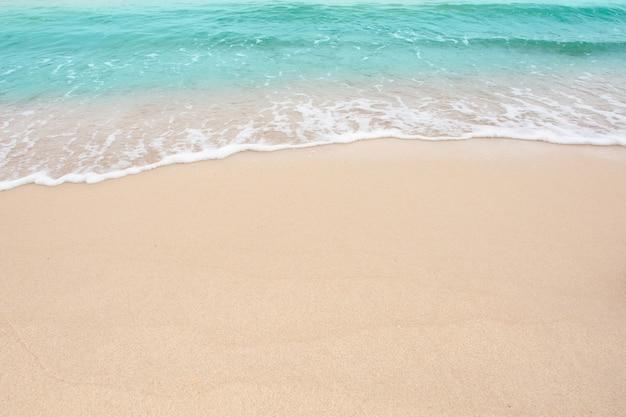 여름 해변 개념-복사 공간이 빈 모래 해변 배경에 바다의 부드러운 물결
