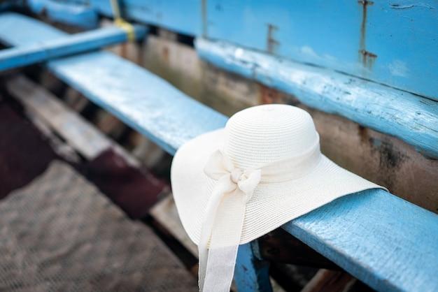 古いボートの夏のビーチ帽子人はいない