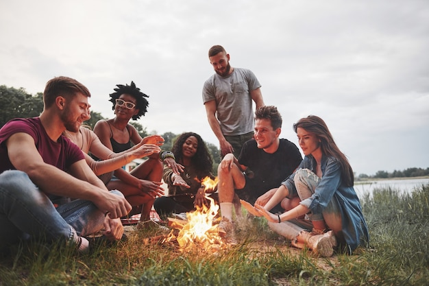 Летняя пляжная вечеринка. группа людей на пикнике. друзья веселятся в выходные.