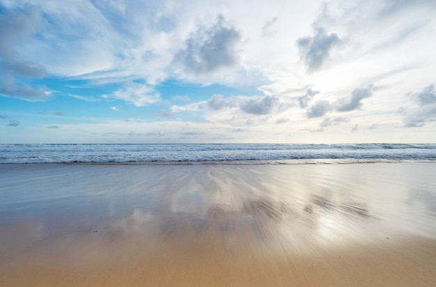 여름 해변 바다 자연 배경 또는 여름 배경에 대 한 푸른 바다와 푸른 하늘 배경 이미지와 열 대 모래 해변.