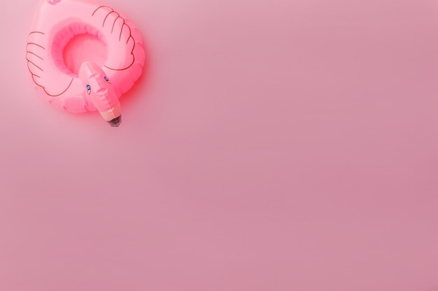파스텔 핑크 배경에 고립 된 풍선 플라밍고와 여름 해변 단순히 최소한의 디자인