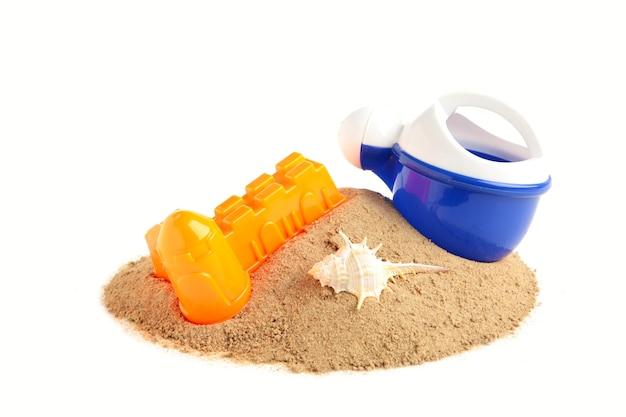 白い背景で隔離のアクセサリーと夏のビーチおもちゃ。夏のフレーム